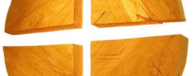 Kreuz aus Baumscheiben in der Kapelle im Paulushaus