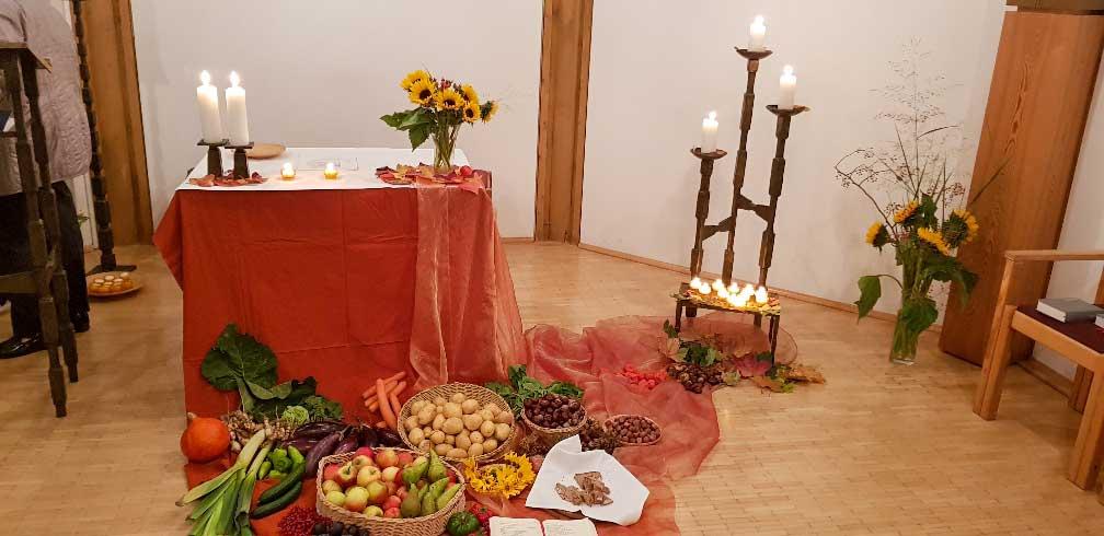 Vor dem Altar waren viele Früchte zu sehen, die Mitarbeitende und Patienten der Garten.-AT bereit gestellt hatten.